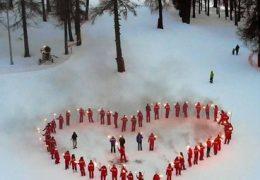 Immagine Un cuore illuminato sulle piste da sci vuote