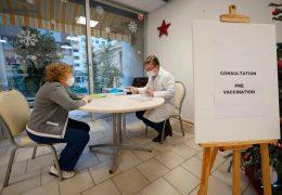 Immagine Yolande, 94 anni, è la prima persona del Principato di Monaco a ricevere il vaccino anti Covid-19.